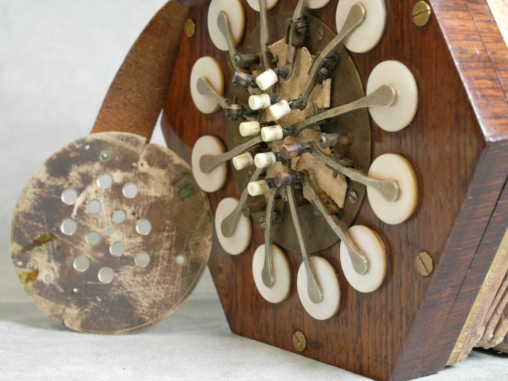 発明当初のイングリッシュ・コンサーティーナ ボタン周辺