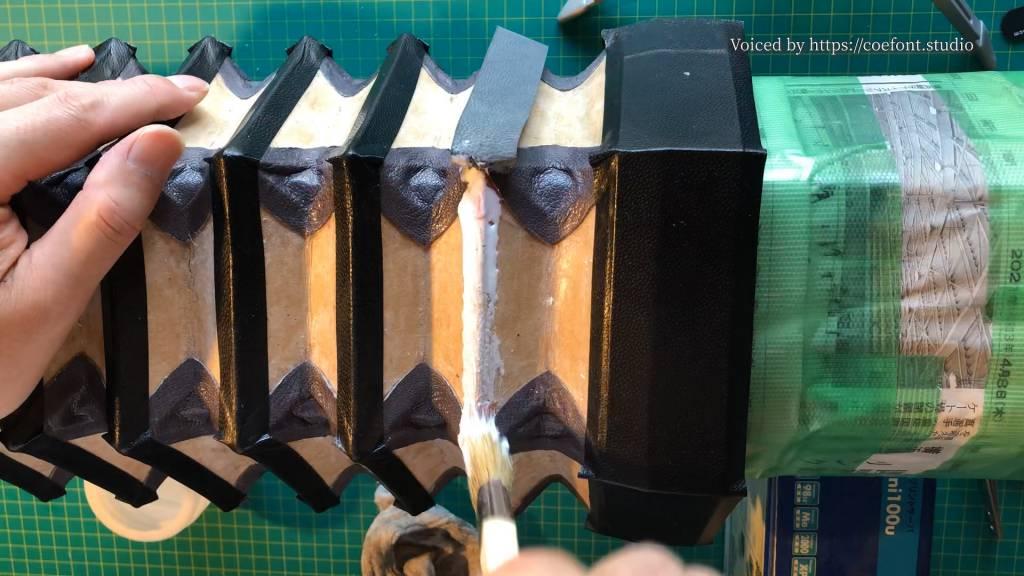 山側用の革テープを先にサイビノールで貼る