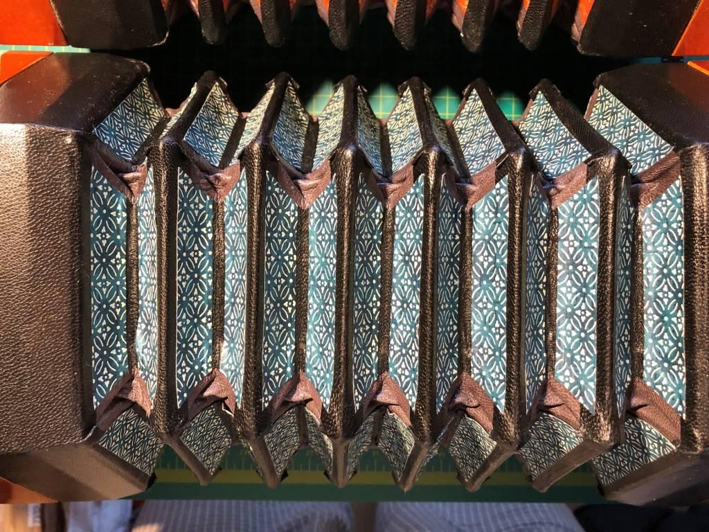 HOHNER 48ボタン コンサーティーナ gusset 張り替え 完成 その2 革テープの上にbellows paper